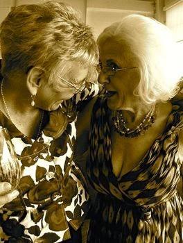 Coppia di signore anziane a un matrimonio omosessuale