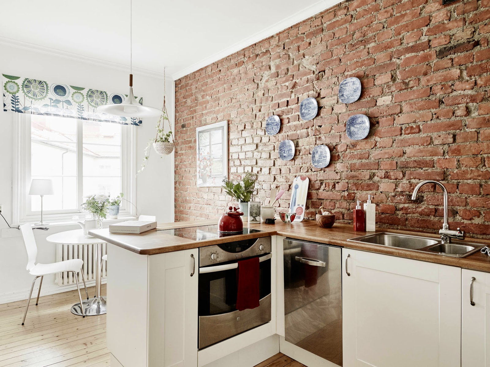 Creative ordinette interni con pareti materiche a mattoni brick walls everywhere - Casa antica pietra bianca ...