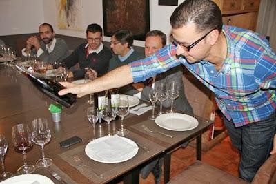 Fernando Mendieta sirve el Vermut de Luna Reserva. Blog Esteban Capdevila