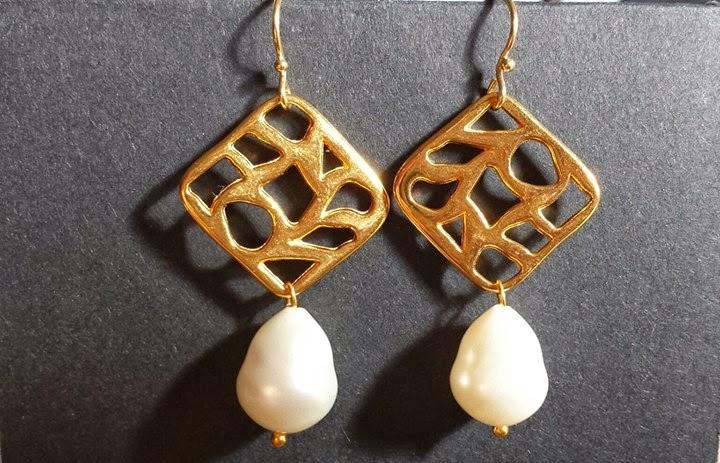 Pendientes con placa dorada y perlas naturales