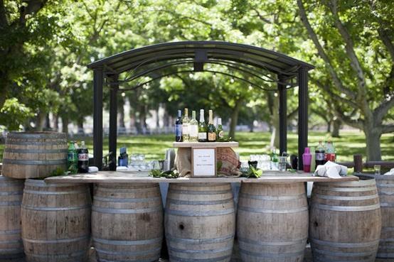 Buffet de postres para boda hecha con barriles de cerveza