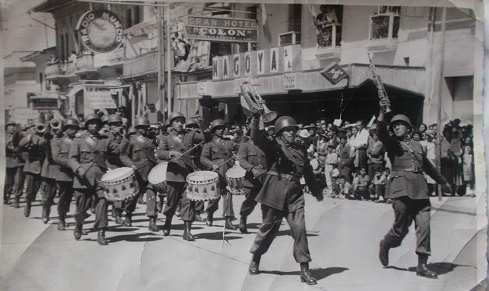 Desfile Calle Real frente a la Plaza Constitución 1950