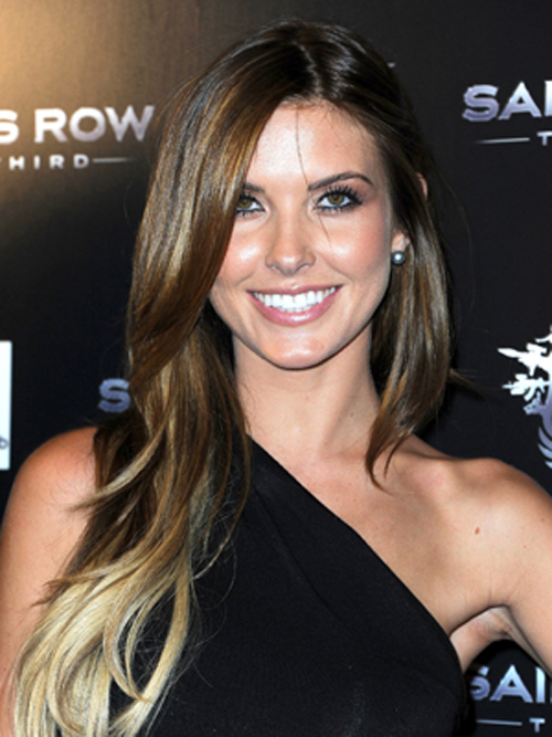 Audrina Patridge shows off Audrina Patridge edgy side hairstyles with a two-toned hairstyle and long blonde and brunette layers.