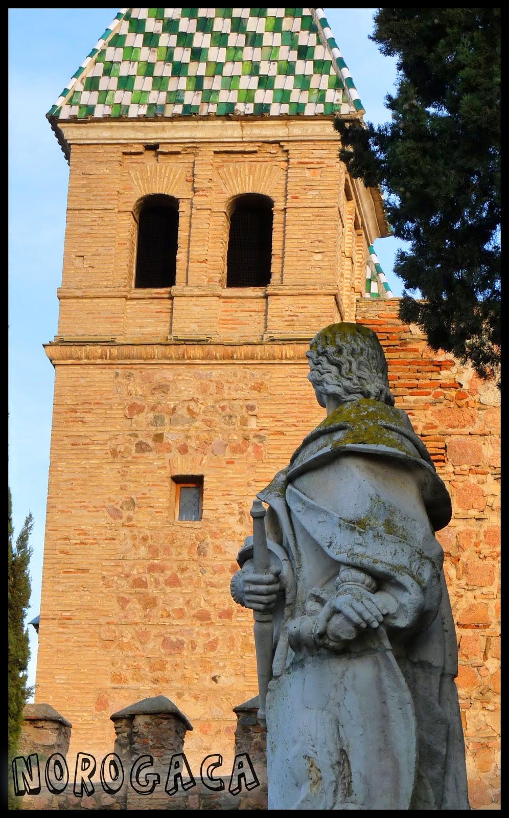Estatua de Alfonso VI junto a la Puerta de Bisagra.
