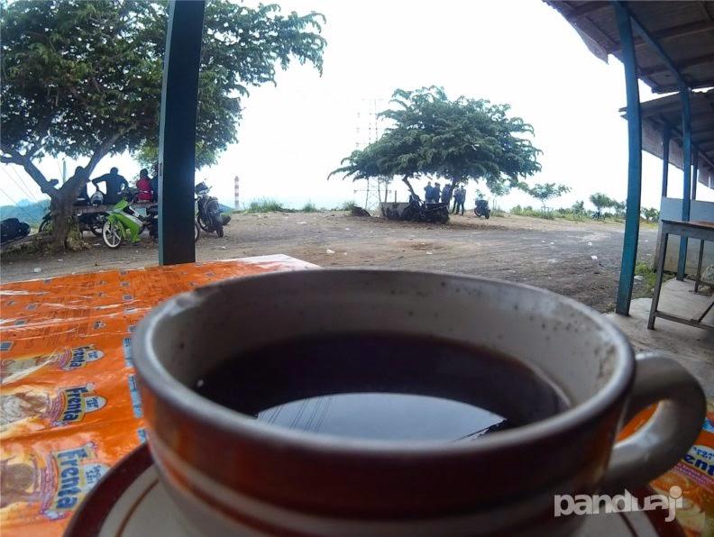 Secangkir kopi menemani kesendirian