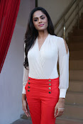 Karthika glamorous photo shoot-thumbnail-8