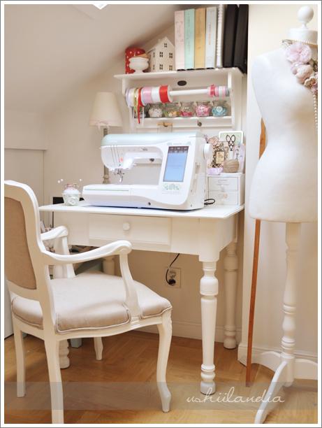 poddasze ushii - sypialnia kąt kraftowy,maszyna do szycia z hafciarką / ushii attic - craft corner in bedroom