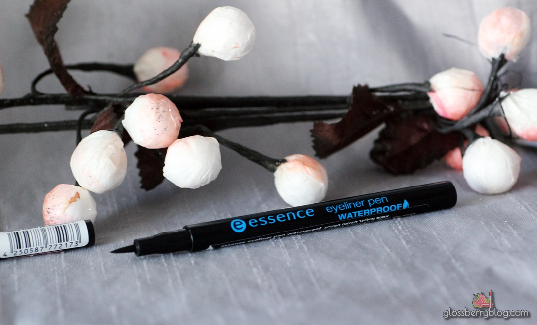 Essence - Eyeliner Pen Waterproof אייליינר טוש שחור שחור אסנס זול גלוסברי בלוג איפור וטיפוח סקירה המלצה review swatch