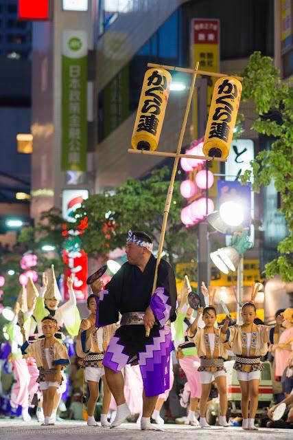 三鷹阿波踊り 神楽坂 かぐら連の高張提灯持ち手