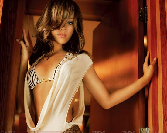 rihanna_wallpaper_very_hot_Fun_Hungama