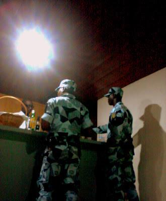 Gendarmes commandent de l'alcool en service
