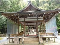 人影もなく静かな境内の拝殿