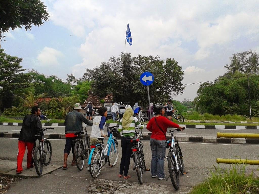 Menyeberang Ring Road menuju Selokan Mataram