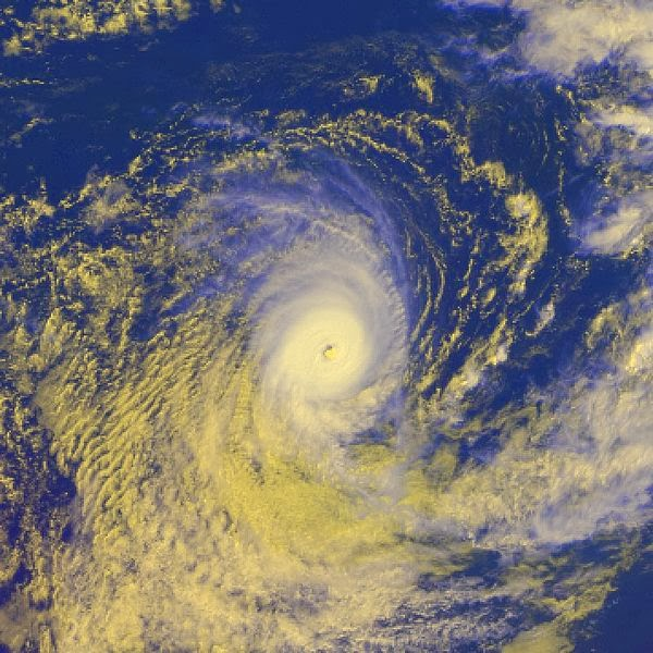 Images du cyclone tropical intense Evrina