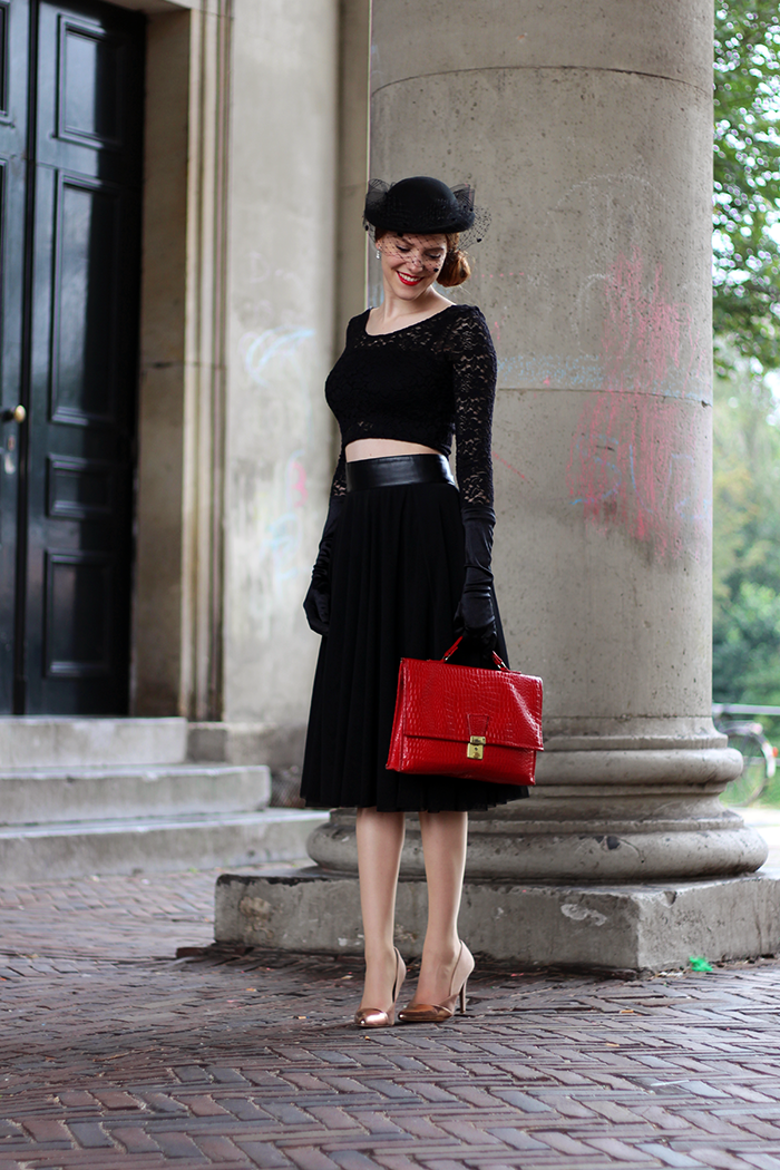 Vintage 40s fashion blogger outfit with a hat with veil, gloves, tulle midi skirt & lace