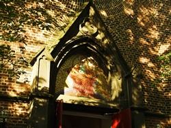 Über der Eingangstür zur Remigiuskirche...