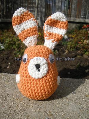 Amigurumi conejo realizado a crochet con las orejas a rayas