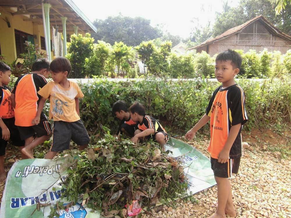 Kerja Bakti Lingkungan Sekolah oleh siswa