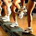 Vídeo com exercício aeróbico para fazer na escada ou step