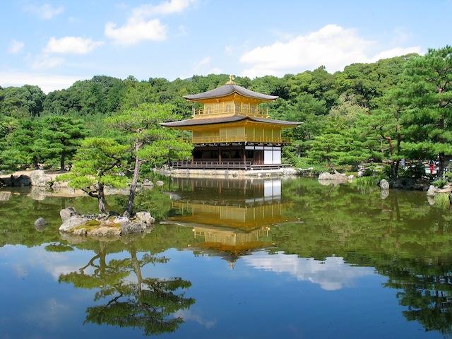 Kuil Kinkajui (Golden Pavilion) yang berlapiskan emas di Kyoto.