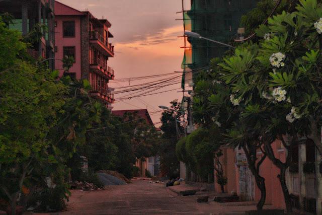 Courte série de clichés prise lors d'un départ de la ville qui s'éveille vers la campagne. Phnom Penh et ses alentours à cinq du matin c'est l'occasion d'admirer l'aube qui se fissure, les éclairages bleutés et orangés, une ville qui ne bourdonne pas encore, une quiétude encore unique.