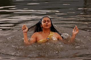 naked_namitha_maya_taking_bath_hot_maya_hd_wallpapers
