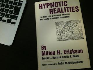 「Hypnotic Realities」を手にする塚原美樹の写真