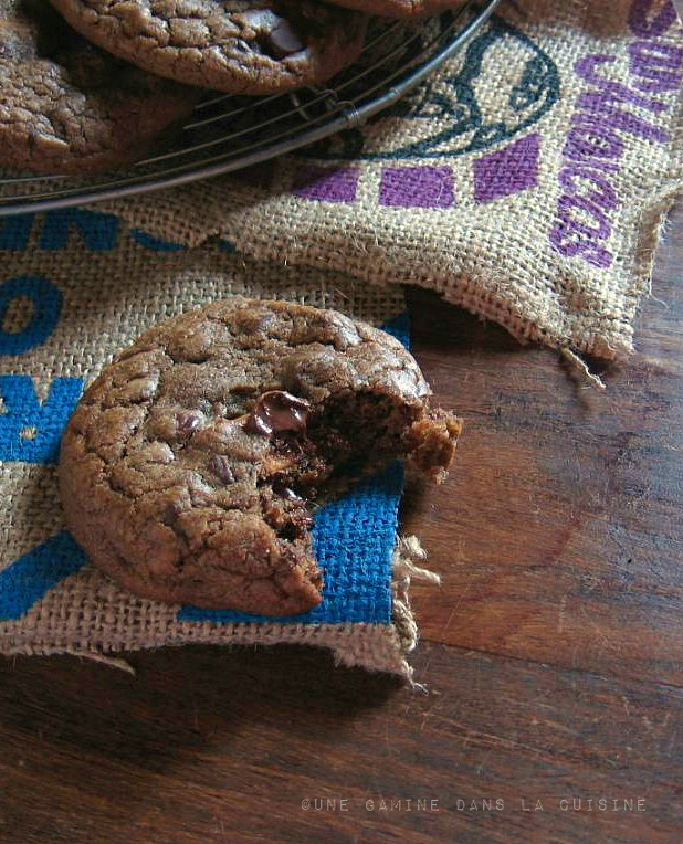 Caramel-Filled Chocolate Chocolate Chip Cookies | une gamine dans la cuisine