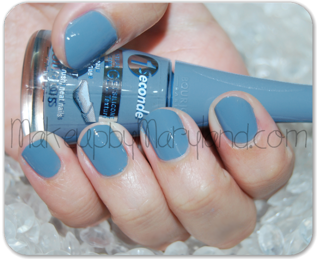 bourjos-one-second-pintauñas-nail-polish-08-bleu-water-swatches-aplicado-azul-cielo-gel-silicona-pincel-panorámico-larga-duración