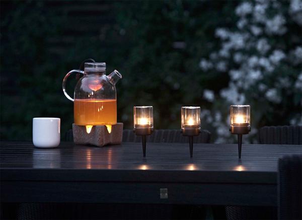 lamparas decorativas sobre mesa de madera en el jardin