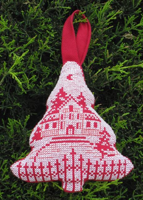 Adorno con forma de árbol bordado a punto de cruz blanco sobre rojo