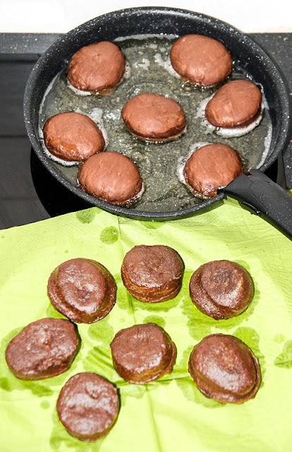 Pravi čokoladni krofki cvrenje krofkov