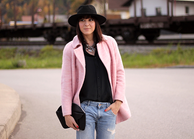 outfit-trend-fashionblogger-herbstoutfit-winteroutfit-rosa-mantel-zara-pumps-primark-seidenbluse-statementkette-blumen-clutch-hut-boyfriendjeans