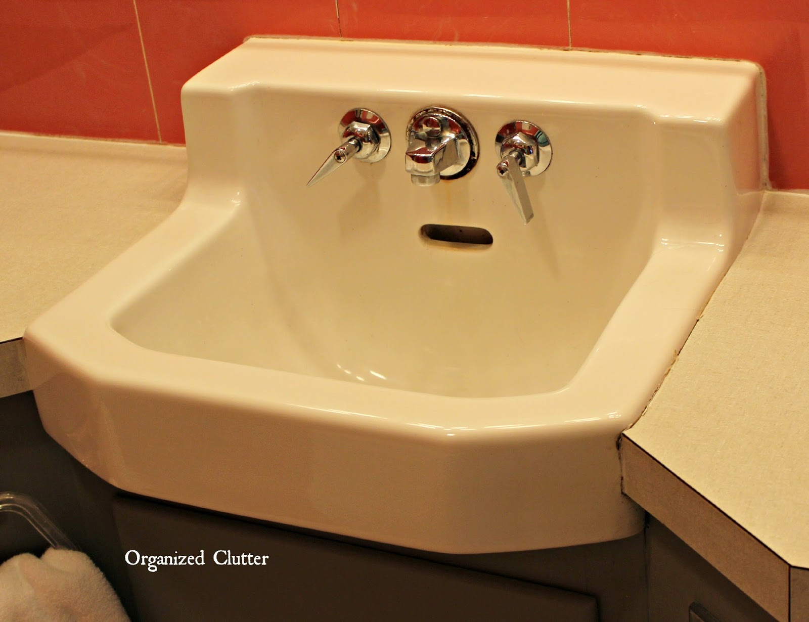 Decorating A Vintage 1950\'s Bathroom | Organized Clutter