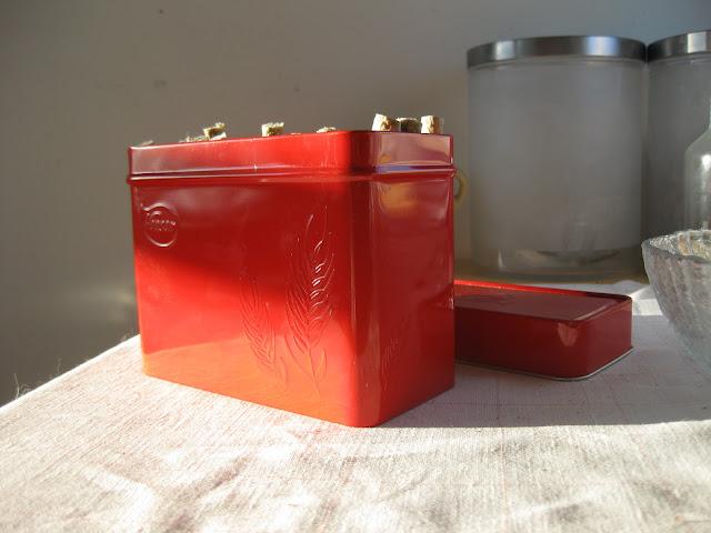 punainen metallirasia
