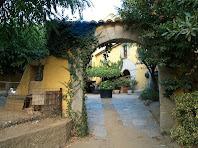 Portal d'entrada a la llisa o pati, a llevant de Can Bruguera