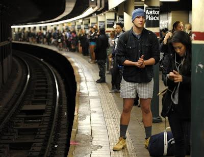 hombres y mujeres sin pantalones