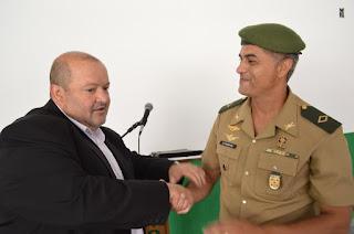 Prefeito de Teresópolis, Márcio Catão e o chefe de Instruções do Tiro de Guerra,   subtenente Miroveu Alessandro
