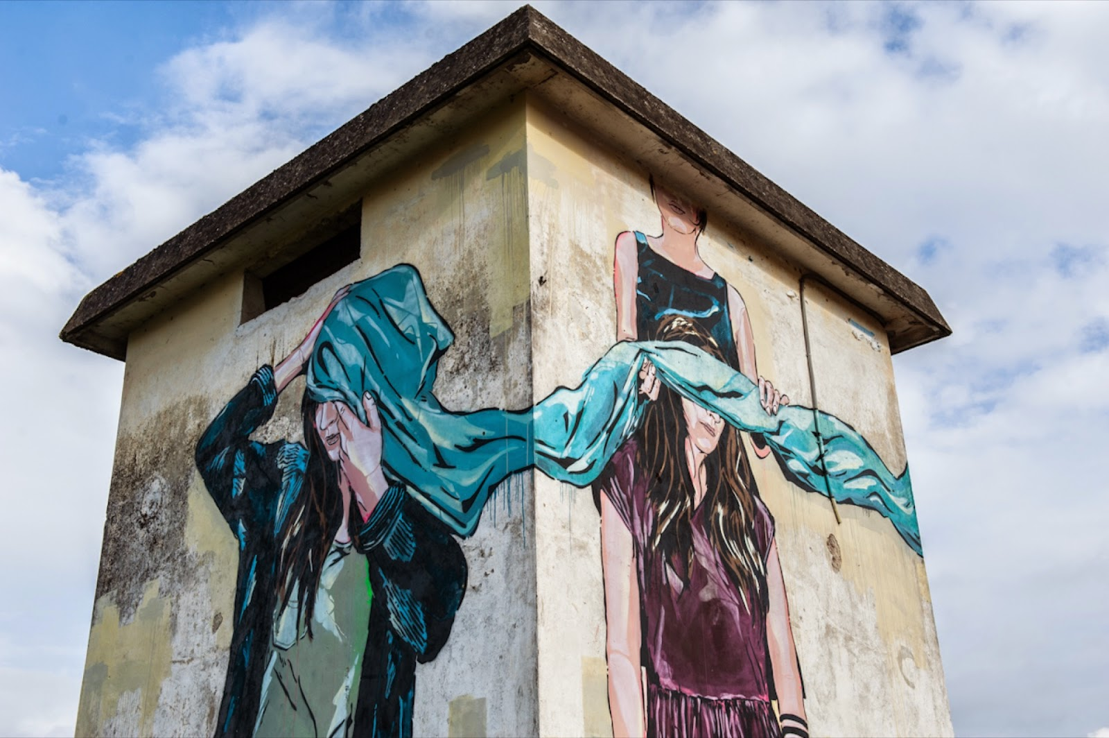 We continue our ongoing coverage of Memorie Urbane '15 with a brand new mural by the French-Austrian duo and couple Jana & Js.