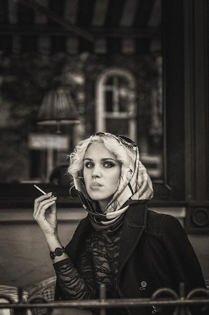 черно белая фотосессия девушки в кафе