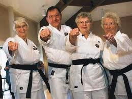 http://4.bp.blogspot.com/-zbE0alo1Pm4/UW54A38ezSI/AAAAAAAAAwY/QoKcdYN3I60/s1600/karate+em+todas+as+idades.jpg