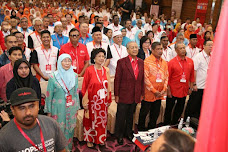 MAHTHIR THANKS ANWAR LETTING HIM IN PAKATAN! THUS! 2 CORRECT HIS PAST MISTAKES N REBUILD D NATION !