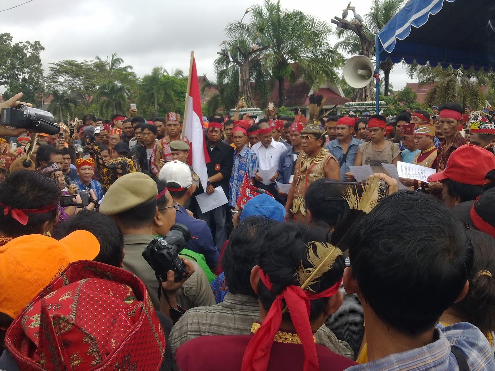Revêtus de leurs habits traditionnels, les opposants dayaks au FPI ont enchaîné discours, danses et rituels pendants toute la matinée du 11 février (www.palangkazone.blogspot.com).