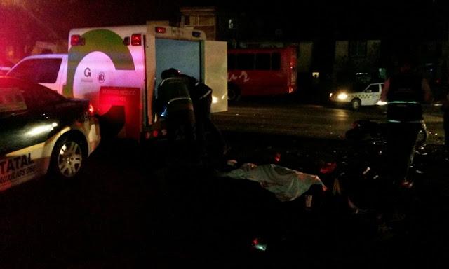 Autos y camioneta en Toluca de noche