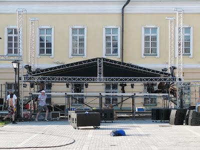 Монтаж сцены на площадке Пушечного двора Казанского кремля