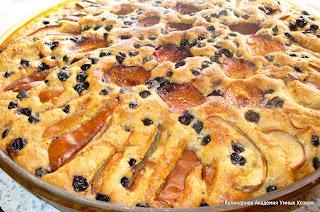 выпеченный пирог с фруктами и орехами