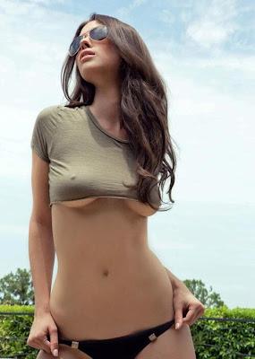 Chica Flaca Morena Marcando Pezones