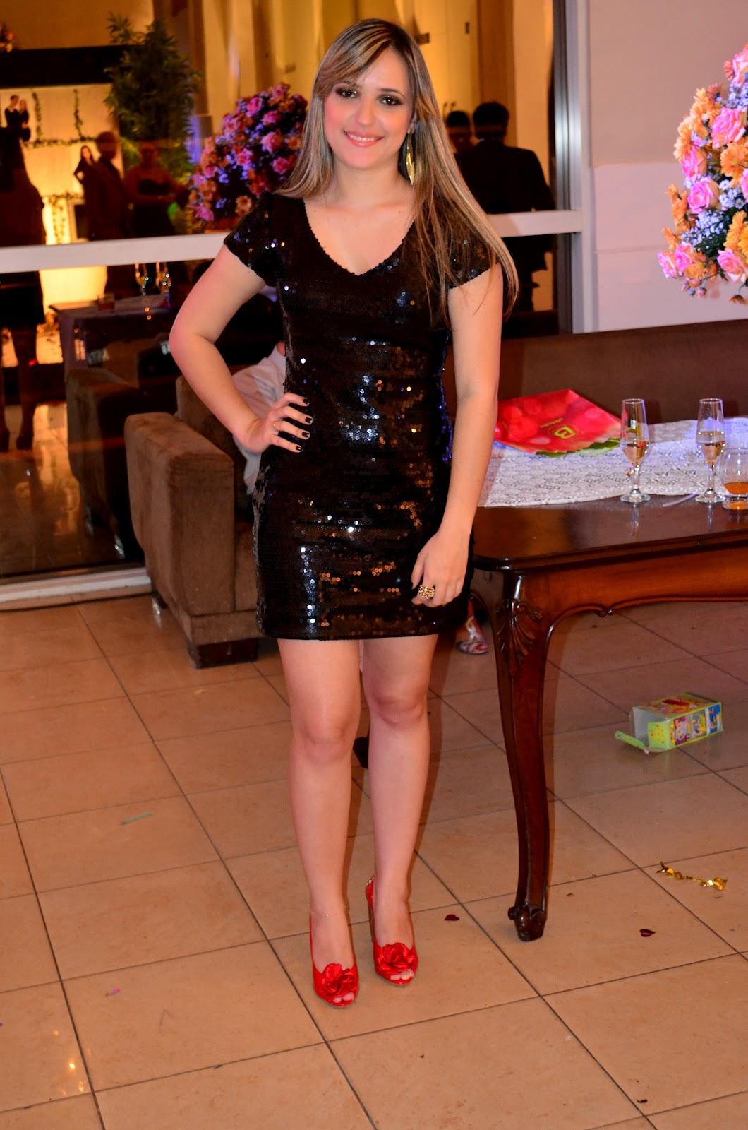 Vestido preto de paete com sapato vermelho