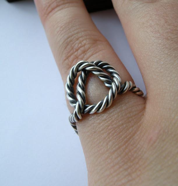anillo de playa emulando un nudo marinero