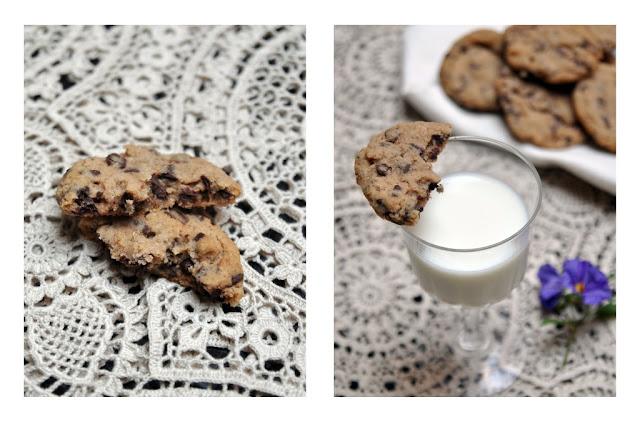 Chocolate chips cookies abierta por la mitad con un vaso de leche. Receta original de galletas con chispas de chocolate.